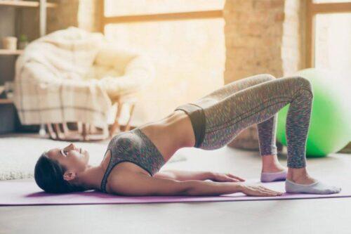 esercizio di ginnastica posturale a corpo libero